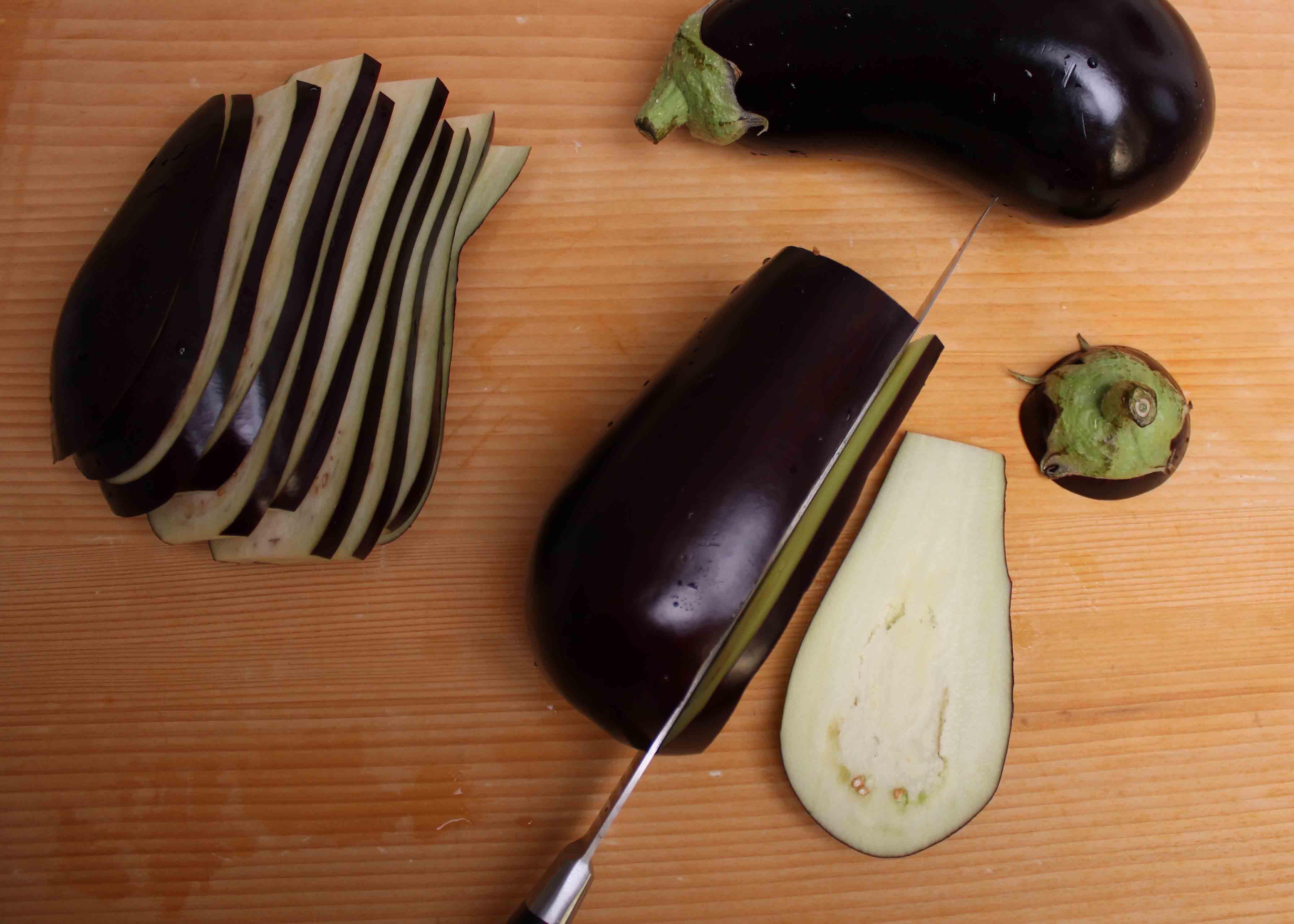 Auberginen putzen und in Scheiben schneiden