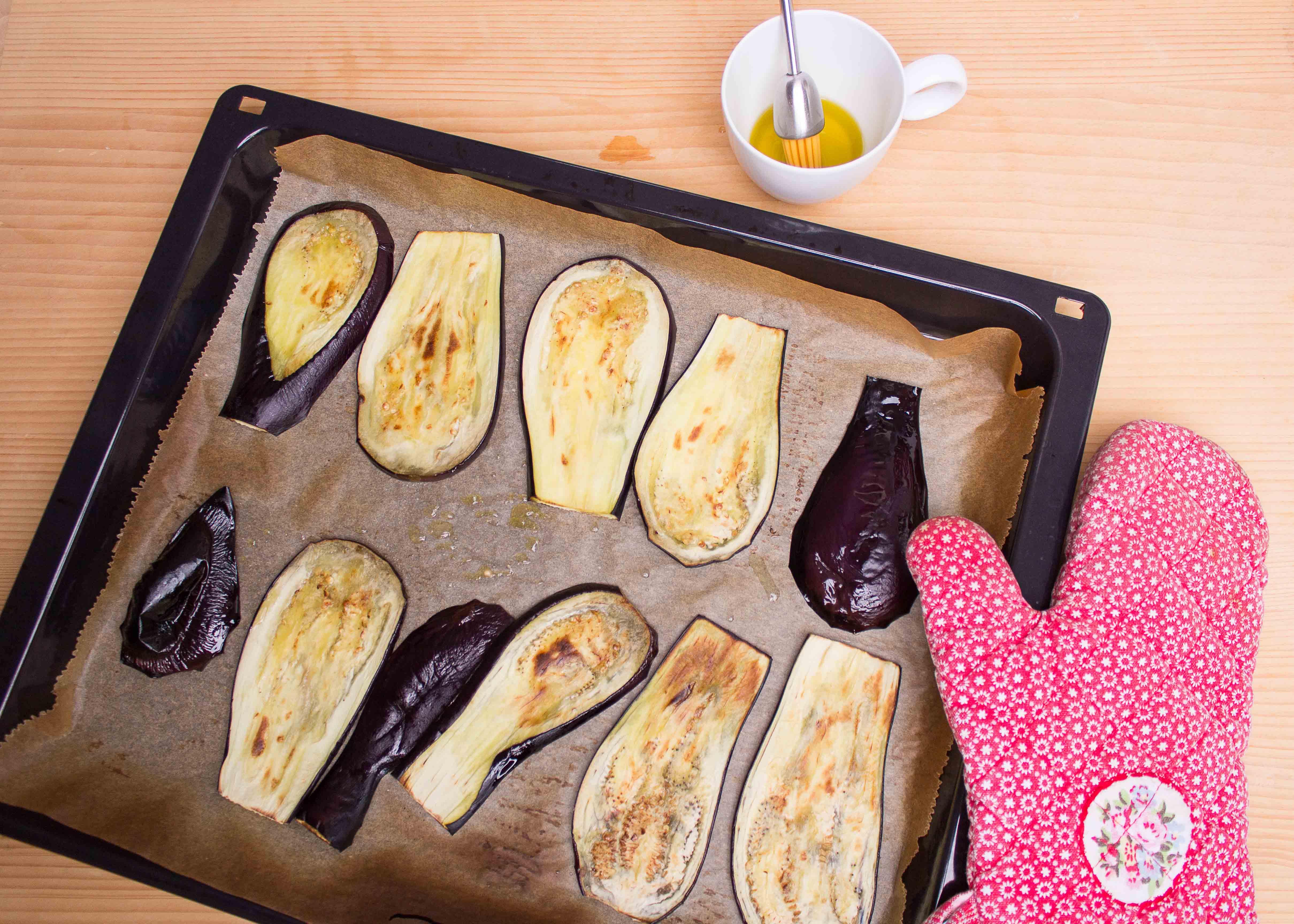Auberginenscheiben mit Olivenöl beträufeln und grillen