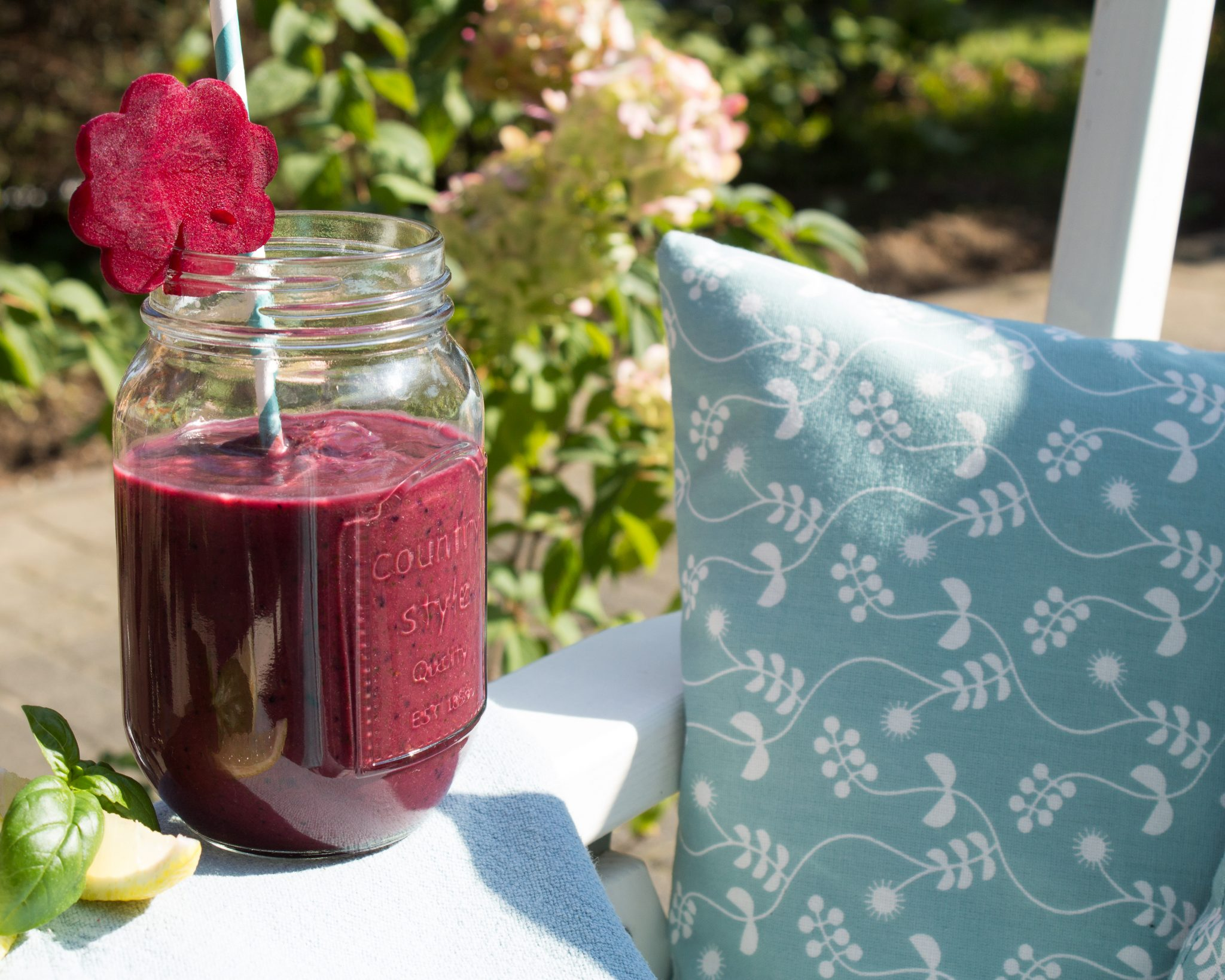 Rote Bete Smoothie in einem Glas mit Strohhalm