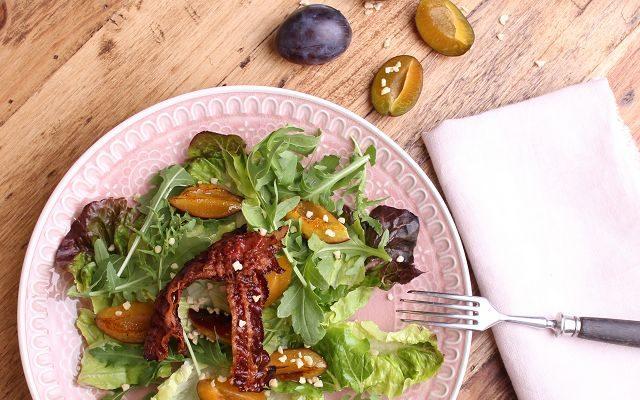 Salat mit warmen Zwetschgen und Bacon