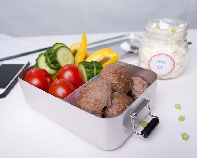 Fruchtig-saftige Hackfleischbällchen mit Rohkost in der Lunchbox