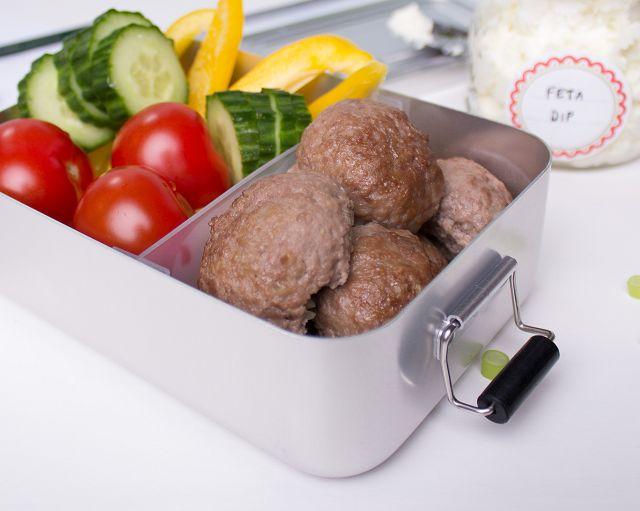 Fertig gepackte Lunchbox mit LCHF Hackbällchen
