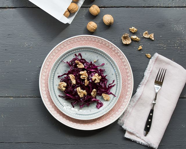 Rotkohlsalat auf einem Teller, mit gerösteten Walnüssen und einer Vanille-Vinaigrette