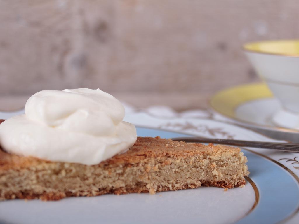 Ein Stück LCHF Kuchen - hollaendischer Butterkuchen mit Sahne