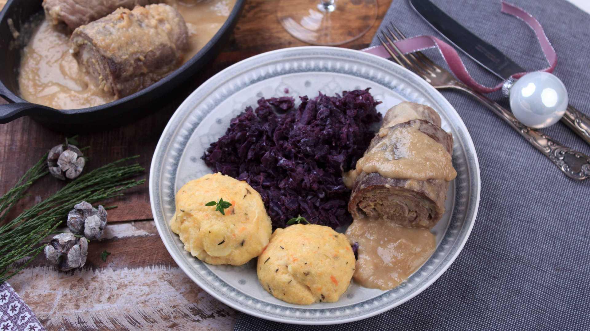 Auf einem Teller wird ein Low Carb-Menue serviert: Rotkohl, Kloesse, Rinderroulade