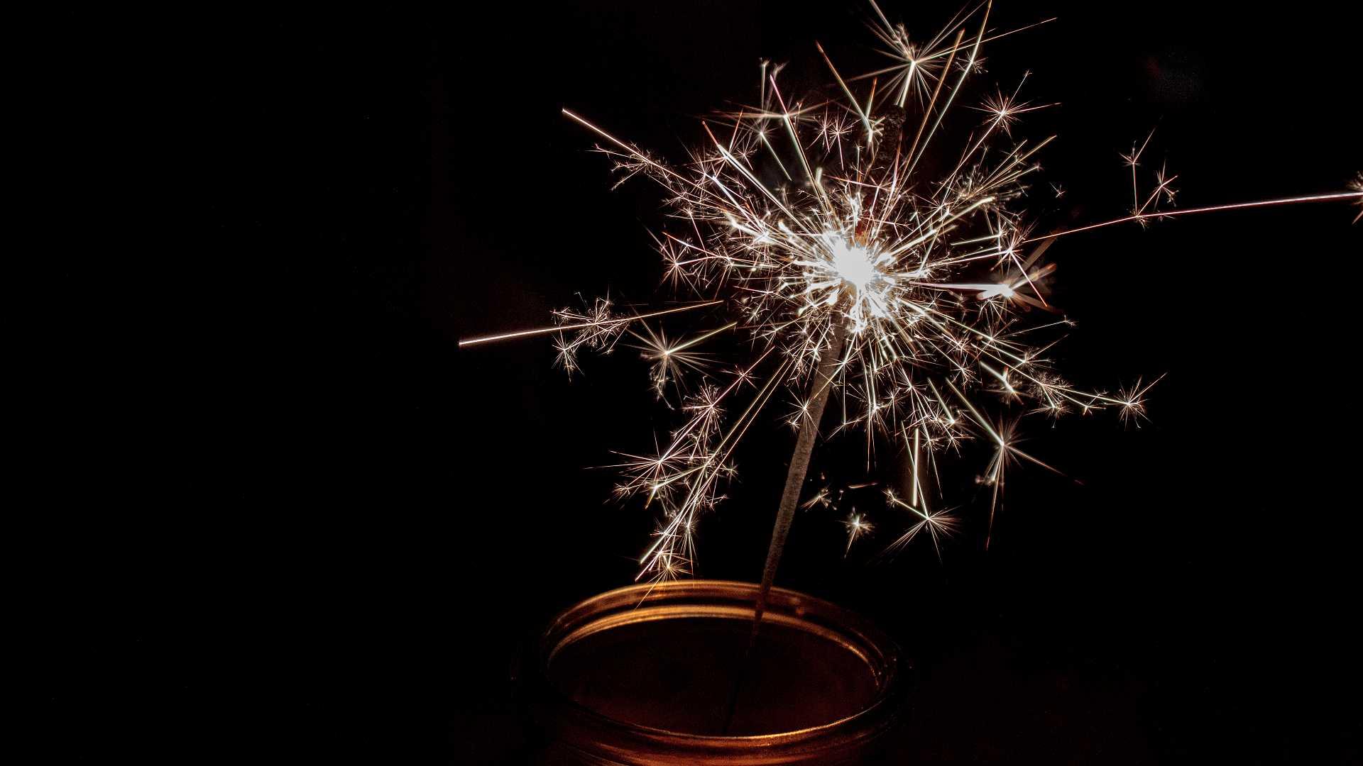 Wunderkerzen zu Silvester, mit guten Neujahrswünschen