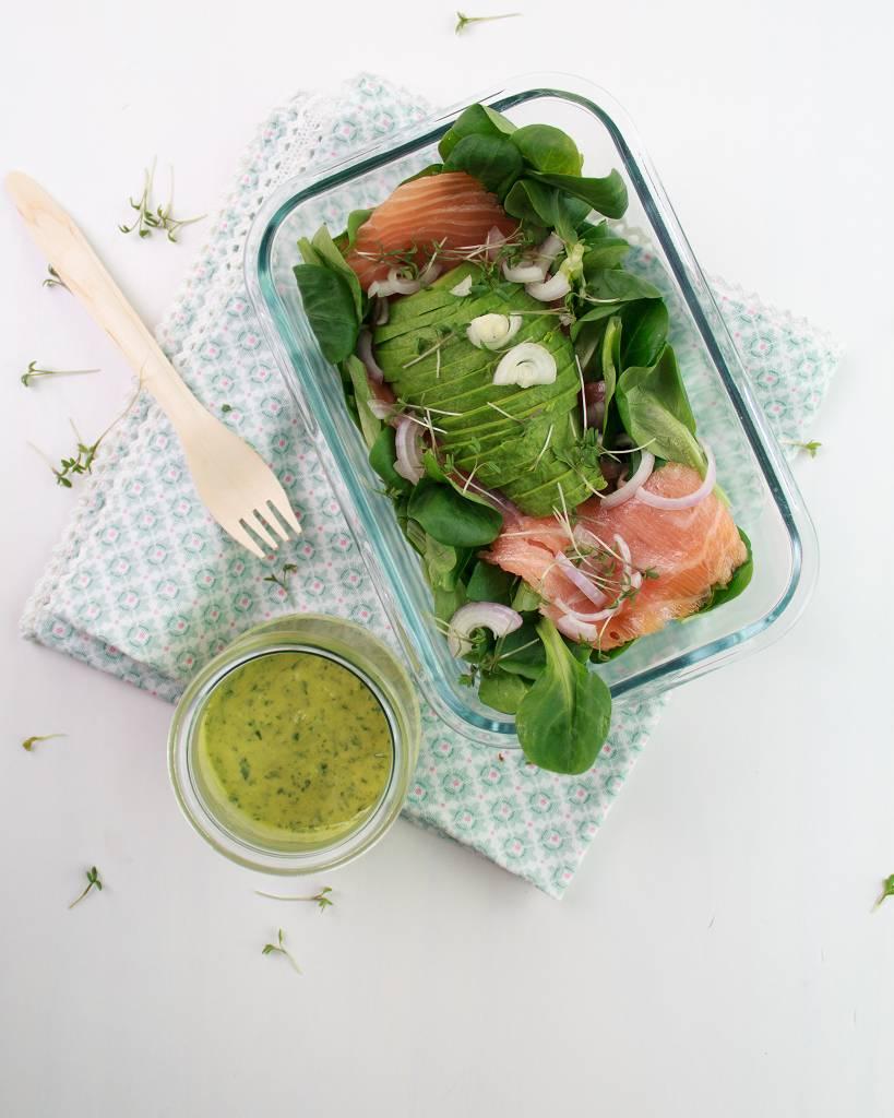 Ein Low Carb Frühlings-Salat ist in einer Glasschale angerichtet