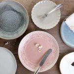 Leere Teller symbolisieren die vielfaeltigen Moecglichkeiten: Lipoedem Ernaehrung