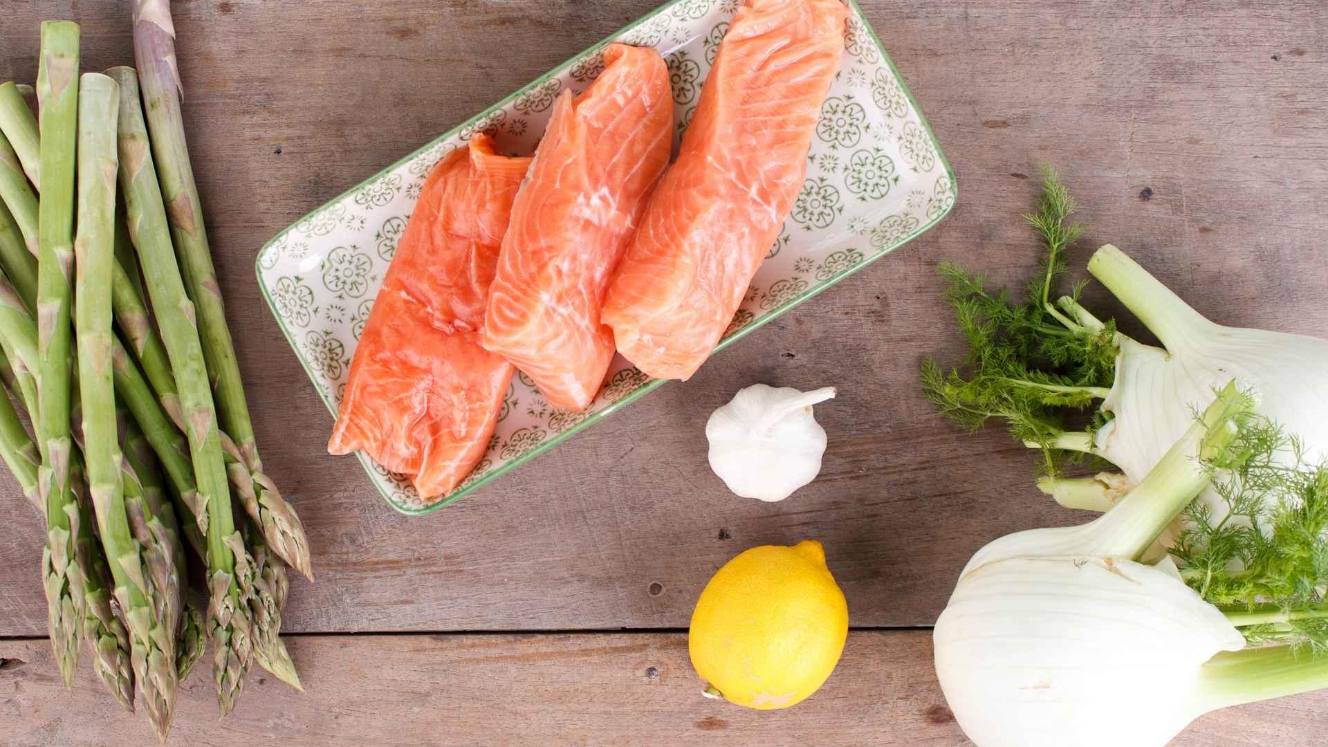 Low Carb Zutaten für Spargel-Lachs-Pfanne