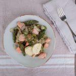 Ein Low Carb Rezept für Spargel-Lachs-Pfanne auf einem Teller angerichtet