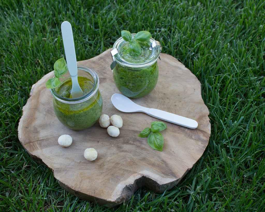 Veganes Basilikum Pesto und Low Carb Pesto auf einem Holzbrett