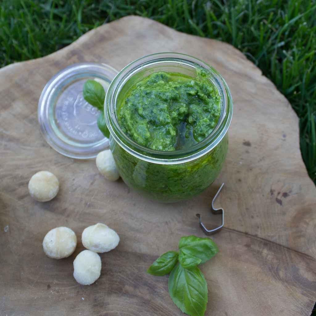 Low Carb Basilikum-Pesto auf einem Brett