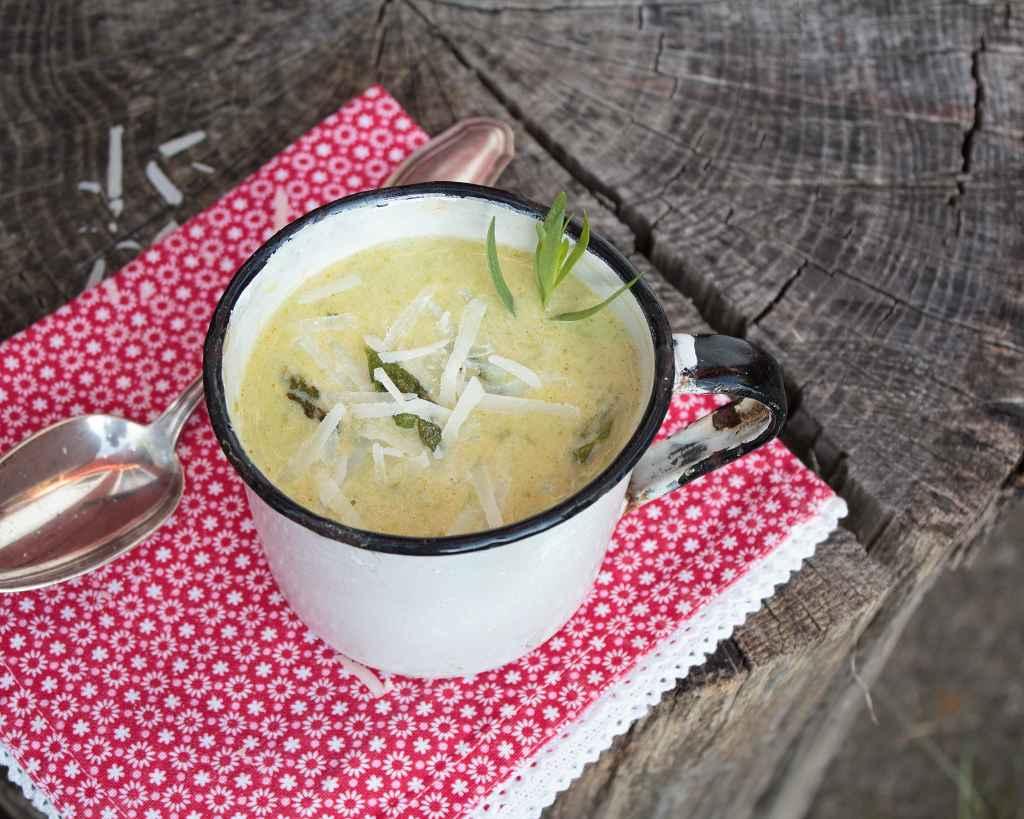 gruene Spargelsuppe in einer Tasse
