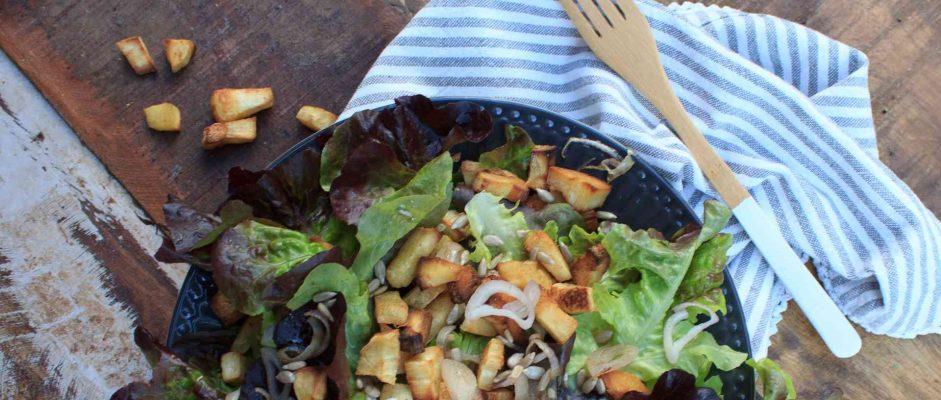 Low Carb Salat mit Pastinaken-Toping