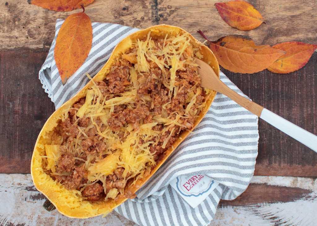 Low Carb Spaghetti-Eintopf in der Kürbisschale