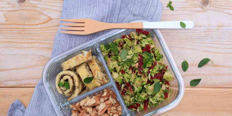 Brokkoli-Salat mit Omelette-Röllchen