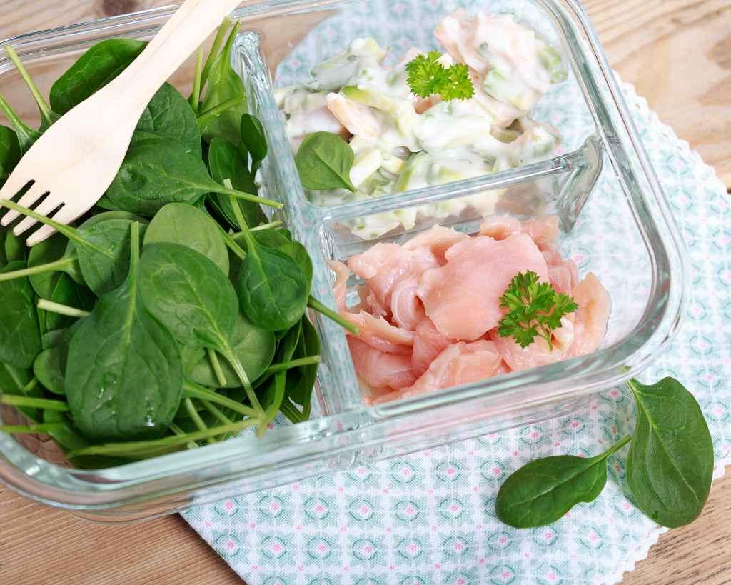 Low Carb High Fat Spinatsalat mit Avocdado-Dip in einer Glasschale