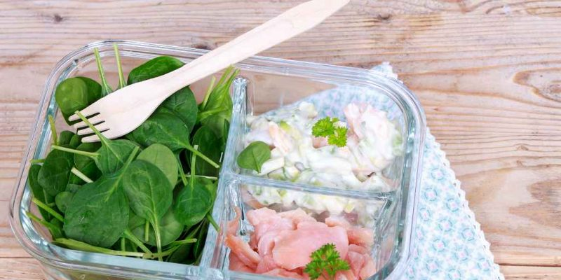 Spinatsalat mit Avocado-Dip