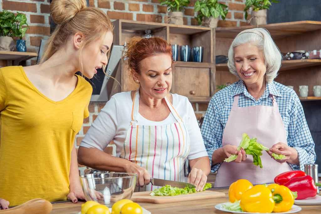 3 Frauen kochen gemeinsam beim Low Carb High Fat Kochseminar