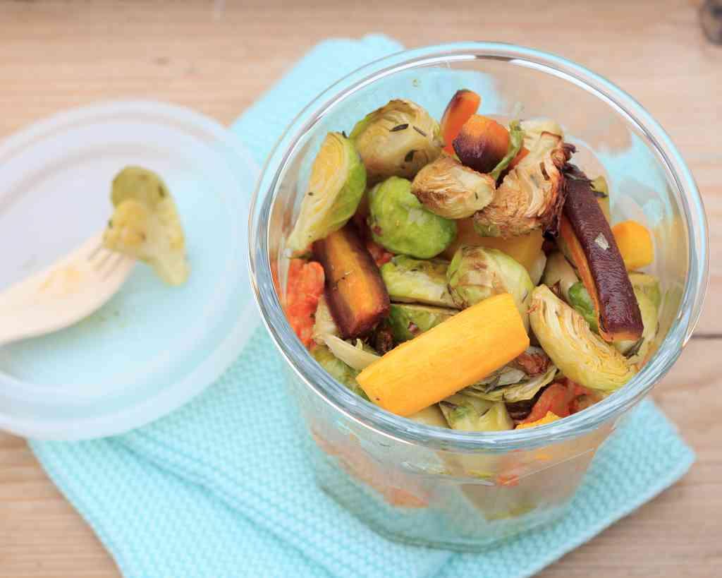 Rosenkohl-Salat mit Möhre und Pulled Chicken