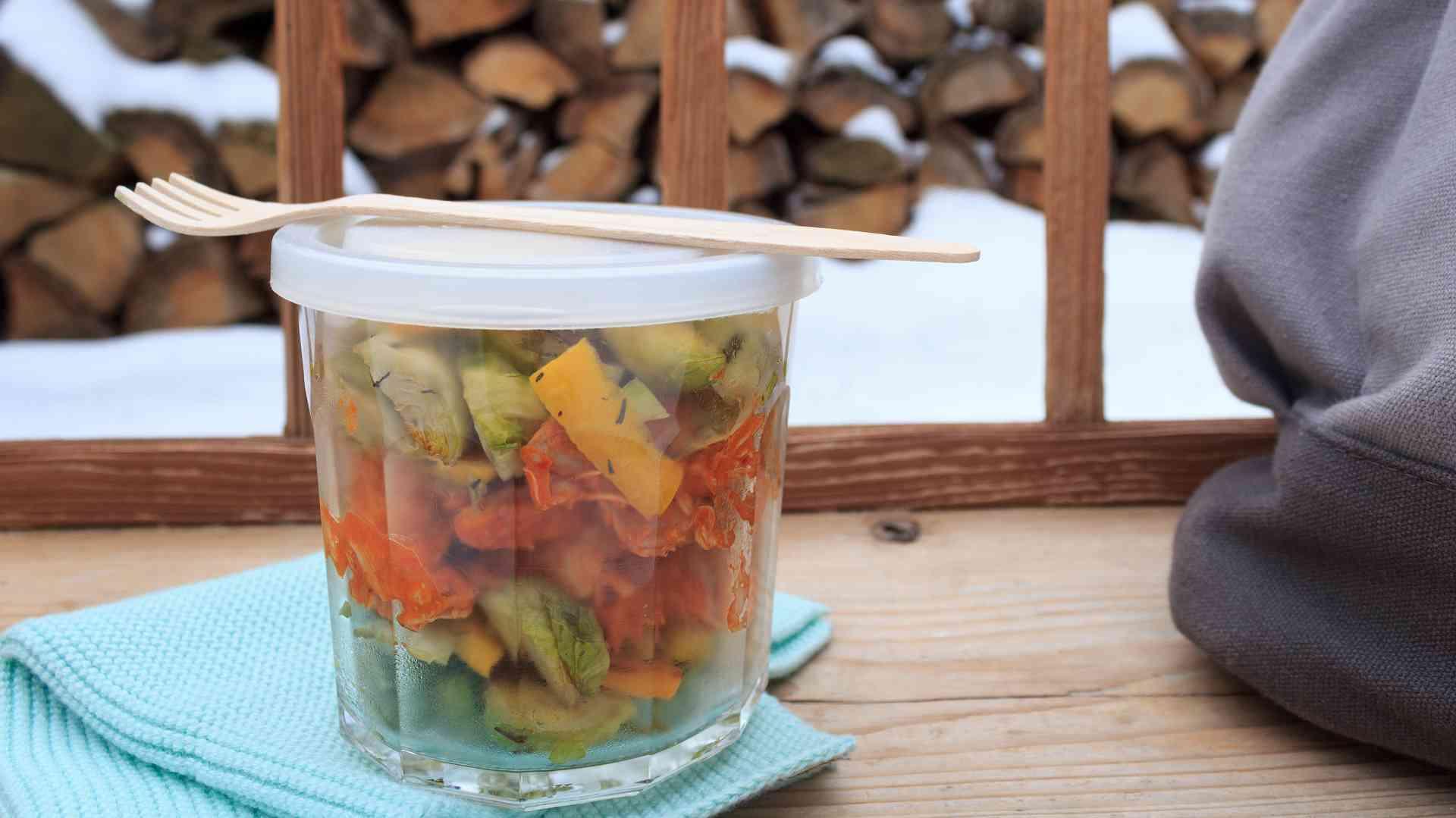 Rosenkohl-Salat in einem Glas auf einer Parkbank
