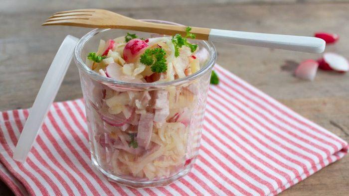 Schnelle Keto-Kueche: Knackiger Wurstsalat mit Radiesschen